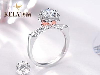 订婚戒指戴哪个手指 让钻戒经典重显见证爱情