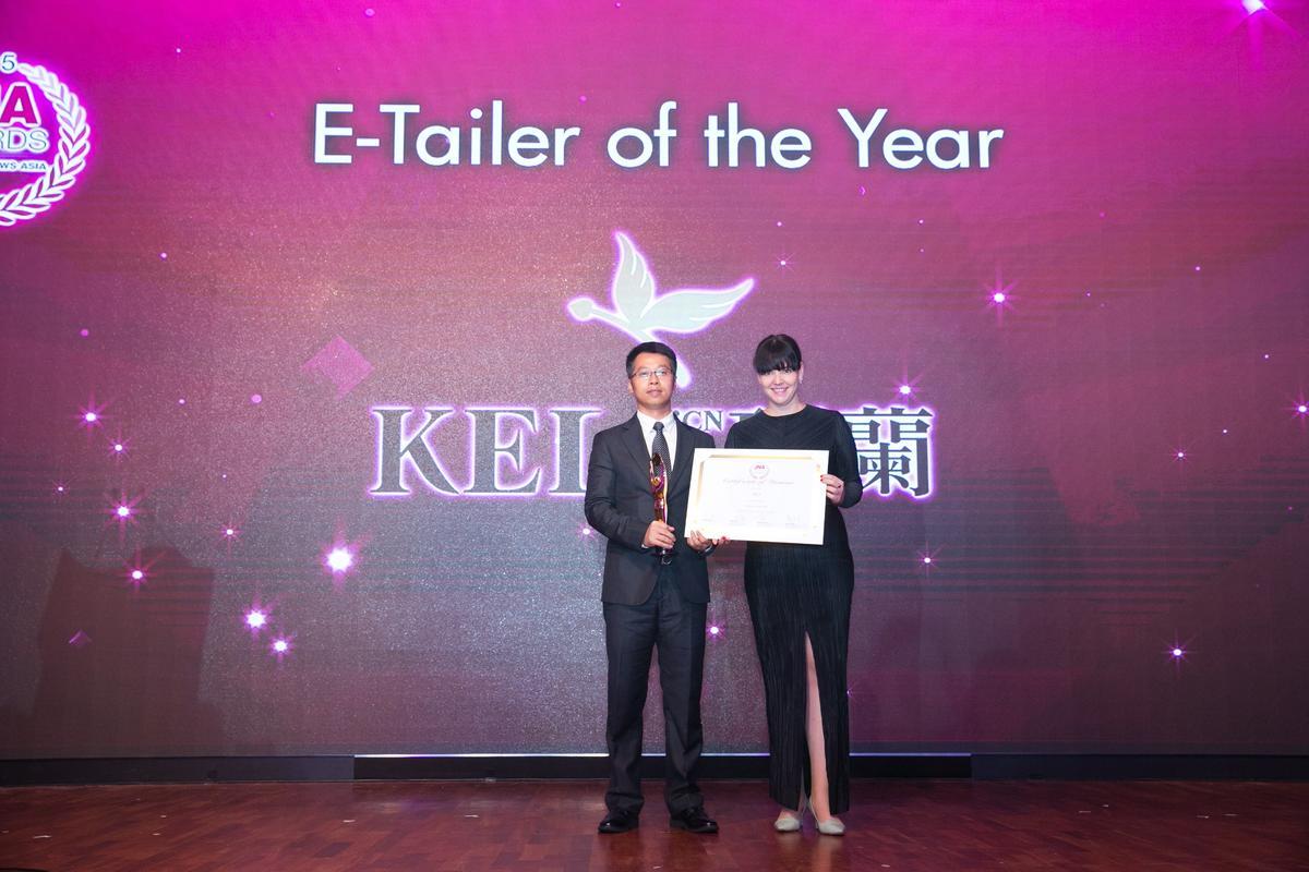 珂兰CEO曹宏志先生(左)代表公司上台领奖